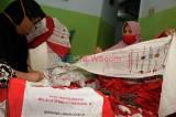 Warga Depok Manfaatkan Tas Bansos Presiden untuk Umbul-Umbul HUT RI