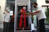 Besut dan Rusmini dapat Bantuan Masker dari Satpol PP Jawa Timur