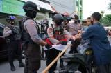 Jelang Hari Kemerdekaan RI, Polisi Bagikan Bendera untuk Warga