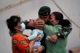 Peluk Haru Keluarga Lepas Keberangkatan Satgas Pamtas RI-PNG di Makassar