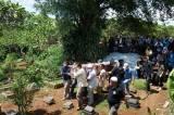 Dimakamkan di TPU Pondok Petir, Keluarga dan Kerabat Gotong Peti Jenazah Pramugari Nam Air Isti Yudha Prastika