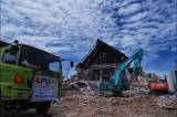Puing Reruntuhan Kantor Gubernur Sulbar Mulai Dibersihkan