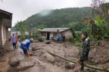 Warga Bersihkan Rumah dari Lumpur Sisa Banjir Bandang Gunung Mas