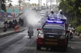 Petugas Gabungan Semprotkan Disinfektan di Jalanan Kota Solo
