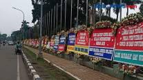 Halaman Depan Gedung Makodam Jaya Dipenuhi Karangan Bunga