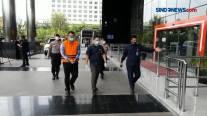 Diperiksa KPK, Menteri KKP Kenakan Rompi Orange dan Diborgol