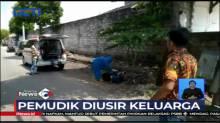 Petugas Gunakan APD Evakuasi Nenek Tergeletak di Pinggir Jalan di Tuban