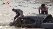 Banjir Bandang, Satu Keluarga Terjebak Dalam Mobil Terseret Arus Sungai