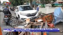 Diduga Mengantuk, Sebuah Mobil Tabrak Gerobak PKL di Tebet