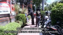 Bawa Karangan Bunga, Simpatisan Jerinx Geruduk PN Denpasar