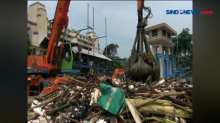 Ratusan Kubik Sampah Tutupi Pintu Air Manggarai