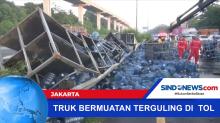 Truk Bermuatan Galon Air Mineral Terguling di Ruas Tol Cibubur