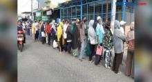 Antrean Panjang Warga Tangerang Saat Menerima Bantuan Sosial