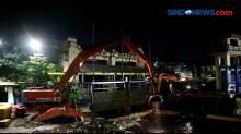 Sampah Banjir Bandang di Puncak Mulai Tiba di Pintu Air Manggarai