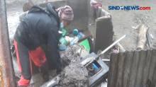 Tim Relawan Bersihkan Lumpur Pasca Banjir Bandang Puncak Bogor