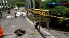 Jembatan Antar Dua Kabupaten di Bojonegoro Longsor Diterjang Banjir
