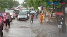 Banjir Rendam Puluhan Rumah Warga Sikka, Warga Tahan Bupati Melintas di Lokasi Banjir
