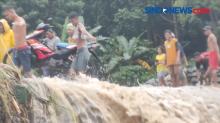 Pemuda di Sikka, Pikul Motor Seberangi Banjir