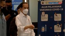 Presiden Jokowi Tinjau Vaksinasi Massal Pedagang Tanah Abang