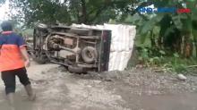 Tak Kuat Nanjak di Lokasi Tanah Gerak Clirit, Mobil Terguling