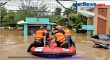 Belasan Perahu Evakuasi Korban Banjir di Perumahan Bekasi