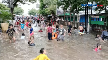 Warga Kampung Pulo Jadikan Banjir Sebagai Kolam Anak