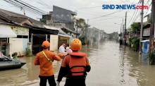 Di tengah Genangan Banjir, Warga Positif Covid-19 Dievakuasi Petugas Ke Rumah Sakit