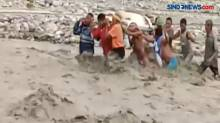 Sejumlah Warga Nekat Pikul Keranda Jenazah Terobos Banjir