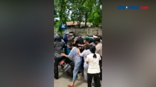 Viral Video Emak Emak Jatuhkan Motor Paspampres saat Kunjungan Jokowi di Sumba