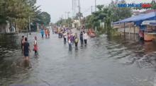Video Banjir Rendam Pekalongan, Pedagang Tetap Berjualan