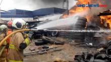 Diduga Percikan Api Las, Gudang Ban di Cakung Terbakar