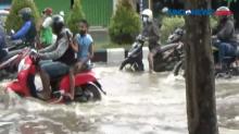 Terjangan Banjir Lumpuhkan Arus Lalu Lintas di Bali