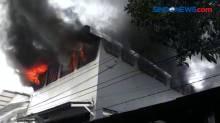 Gudang Barang Pecah Belah di Surabaya Hangus Terbakar