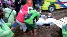 Pemakaman Korban Kebakaran Matraman Diwarnai Tangis Keluarga