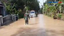 Petugas Vaksin di Tasikmalaya Terjebak Banjir