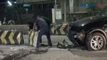 Mobil Mewah Tabrak Pembatas Jalan di Jatinegara Barat