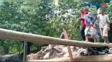 Wanita Hamil Lewati Jembatan Bambu untuk Dirujuk ke Rumah Sakit Larantuka