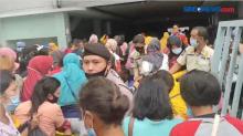 Demi Bantuan UMKM Warga Dobrak Gerbang Masuk Bank di Pematangsiantar