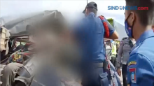 Dramatis! Evakuasi Sopir Terjepit Badan Mobil