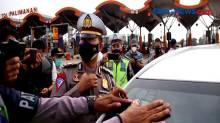 Ratusan Kendaraan Pemudik Diberhentikan di Gerbang Tol Palimanan