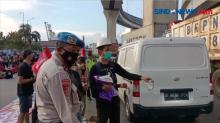 Aksi Mayday, Buruh Tanjung Priok Bagi-Bagi Takjil