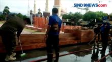 Kotor oleh Aktivitas Warga, Pol PP dan Damkar Majalengka Ramai-Ramai Pel Alun-alun