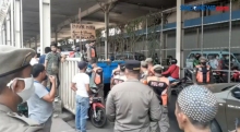 Nekat Jualan di Trotoar, Satu Gerobak Penjual Es Pasar Tanah Abang Diangkut Petugas