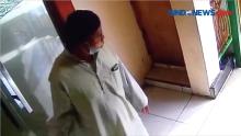 Pria Berjubah Curi 2 Telpon Seluler di Masjid, Aksinya Terekam CCTV