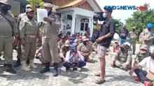 Puluhan Tenaga Kontrak Satpol-Damkar Demo