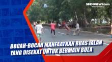 Bocah-Bocah Manfaatkan Ruas Jalan yang Disekat untuk Bermain Bola