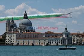 Aksi Tim Terbang Akrobatik Italia Lawan Corona di Venesia