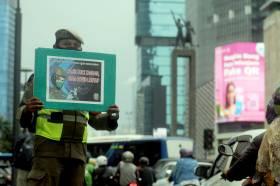 Satpol PP DKI Jakarta Sosialisasikan Protokol Kesehatan Covid-19 di Bundaran HI