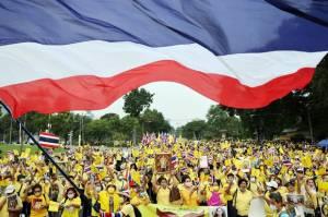 Kenakan Kaos Kuning, Ribuan Loyalis Kerajaan Thailand Turun ke Jalan