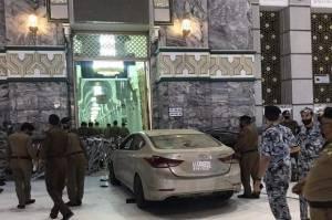Seorang Pria Tabrakkan Mobilnya ke Gerbang Masjidil Haram Makkah